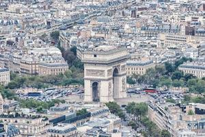 Blick auf den Triumphbogen von hoch oben in Paris foto
