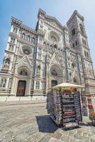 Fassade der Basilika der Heiligen Maria von der Blume in Florenz, Italien foto
