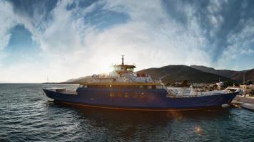thassos, griechenland, 2021 - fährschiffbeladung an einem hafenpier foto