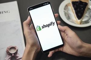 Chiang Mai, Thailand 2019 - Frau mit Smartphone, die Shopify-Anwendung auf dem Handy zeigt foto