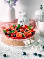 Joghurtkuchen mit Erdbeeren, Blaubeeren und Minze. foto