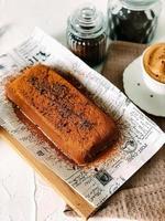 leckerer Schokopudding mit Kaffee auf einem Tablett foto