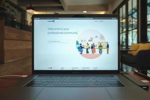 chiang mai, thailand 2019 - macbook pro mit linkedin-website auf dem bildschirm foto