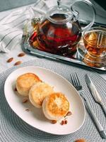 leckere Käsekuchen Pfannkuchen mit Puderzucker bestreut, foto