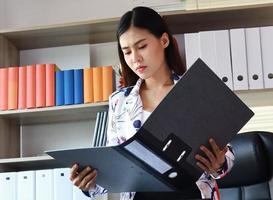 Geschäftsfrau, die die Einnahmen des Unternehmens betrachtet foto