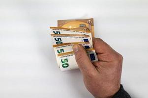 Hand des Mannes, der 50-Euro-Banknoten zählt foto