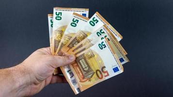 Mann mit 50-Euro-Banknoten foto