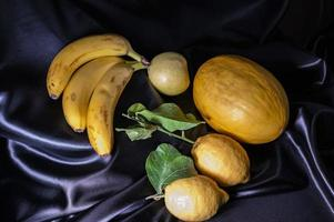 gelbe Frucht auf schwarzem Hintergrund foto