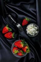 Tasse reife Erdbeeren mit Sahne foto