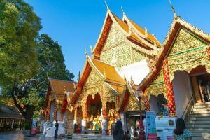 chiang mai, thailand - 8. dezember 2020 - goldener berg im tempel von wat phra, der doi suthep. foto