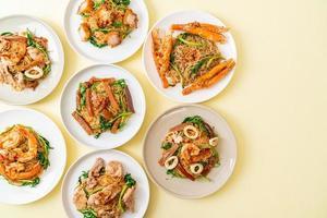 gebratene Reisnudeln und Wassermimose mit Mix-Topping foto