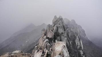 Schneesturm in den Bergen Seoraksan. die Aussicht vom Gipfel. Südkorea foto