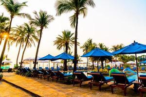 schöner Sonnenschirm und Stuhl um den Pool im Hotel und Resort? foto