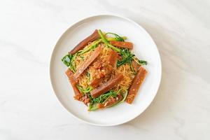 gebratene Reisnudeln und Wassermimose mit eingelegtem Tintenfisch foto
