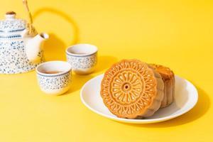 chinesischer mondkuchen auf teller foto