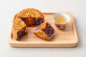 chinesischer mondkuchen lila süßkartoffelgeschmack foto