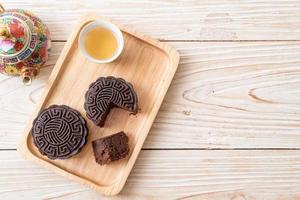 chinesischer mondkuchen mit dunklem schokoladengeschmack foto