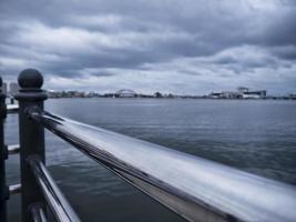 Geländer und die Bucht von Sokcho im Hintergrund. Südkorea foto