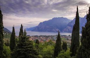 Panoramablick am Abend auf Torbole Lago di Garda Trentino Italien Finanzielle Verluste im Tourismus aufgrund leerer Hotelzimmer für Corona-Virus-Pandemie foto