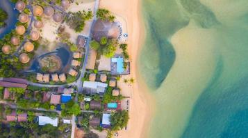 Luftaufnahme von oben, Resort und Strand mit smaragdblauem Wasser am wunderschönen tropischen Meer in Thailand? foto
