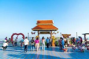 chiang mai, thailand - 6. dezember 2020 - blick auf wat phra, den goldenen tempel doi kham in chiang mai, thailand. dieser tempel thront auf dem doi kham hügel foto