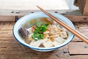 vietnamesische Reisnudelsuppe mit Schweinefleisch und Hühnchen foto