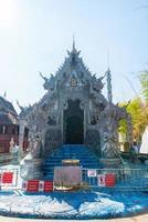 der silberne tempel oder wat sri suphan in der stadt chiang mai im norden von thailand foto