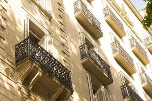 Gebäude und Fenster im Zentrum von Barcelona foto