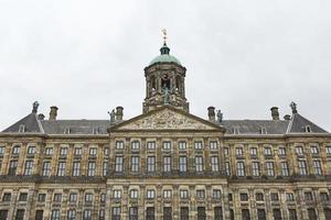 der königliche palast am dammplatz in amsterdam, niederlande foto