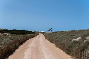 Straße am Strand von Ses Illetes auf Formentera, Balearen in Spanien foto
