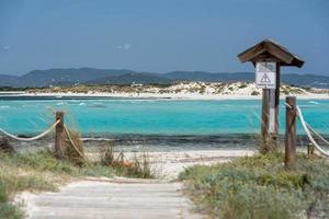 Boote vertäut an der Küste von Ses Illetes Strand auf Formentera, Balearen in Spanien. foto