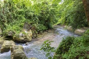 schwarzer Fluss, der aus den Marmorwasserfällen kommt foto