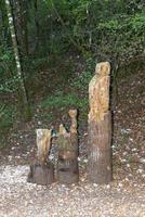 Totem aus eingelegtem Holz im Wald positioniert foto