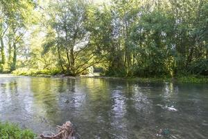 Polymerdamm schwarzer Fluss, der auf dem Polymerdamm fließt die Provinz Terni foto
