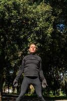 Ragzzo macht körperliche Aktivität im Park foto