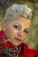 Porträt kurzes Haar blondes Mädchen unter der Natur foto