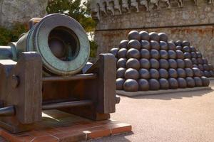 Pyramiden aus Kanonenkugeln und Kanonen im Prinzenpalast in Monaco foto
