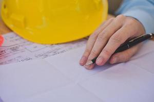 Nahaufnahme Ingenieur Zeichnung Design auf Papierkram im Büro foto