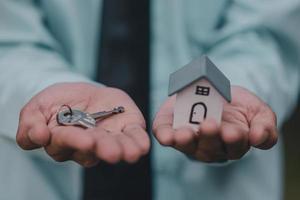 hand geben schlüssel hausgeschäft verkauf mietversicherung foto
