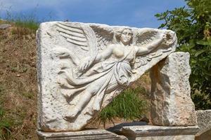 Steinschnitzerei der Göttin Nike im antiken Ephesus, Türkei foto