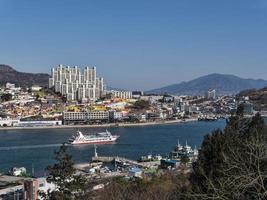 großes Schiff in der Bucht von Yeosu City. Südkorea foto