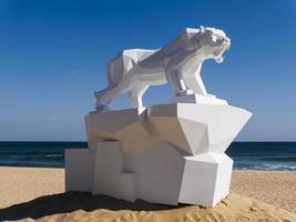 Große Origami-Skulptur des Tigers am Strand der Stadt Gangneung. Südkorea. Februar 2018 foto