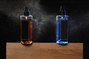 zwei Sprühflaschen für Haare, Friseurkonzept foto