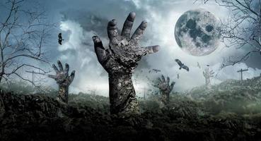 das Konzept von Halloween mit Zombies, die vom Friedhof aufsteigen. foto