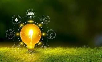 Erneuerbare Energien Konzept Earth Day oder Umweltschutz Hände schützen Wälder, die auf dem Boden wachsen und helfen die Welt zu retten foto