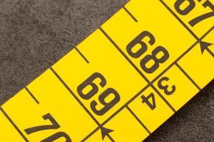 Zentimeter auf einem Maßband foto