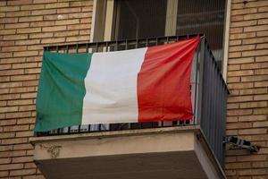 italienische flagge hängt an einem fenster foto