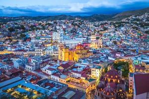 Luftaufnahme von Guanajuato mit Kathedrale in Mexiko foto