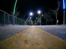 gelbe Linie auf der Autobahn im Dunkeln. Untersicht. Südkorea foto