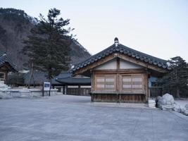 asiatische Häuser im Sinheungsa-Tempel. Seoraksan-Nationalpark. Südkorea foto